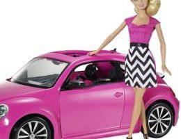Muñeca Barbie en color rosa con coche rosa escarabajo