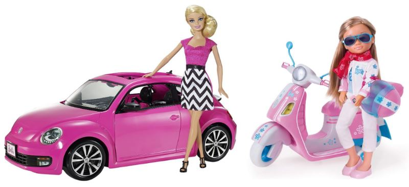 Muñecas rosas: Barbie con coche descapotable rosa y Nancy con scooter rosa