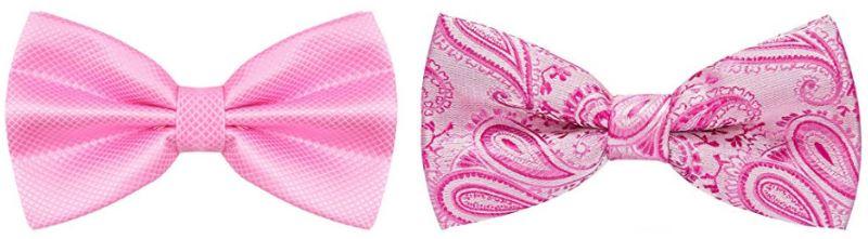 2 pajaritas rosas, la primera pajarita con textura geométrica en color rosa pastel o chicle. La segunda pajarita es rosa pastel con estampados florales en rosa fucsia o fuerte.